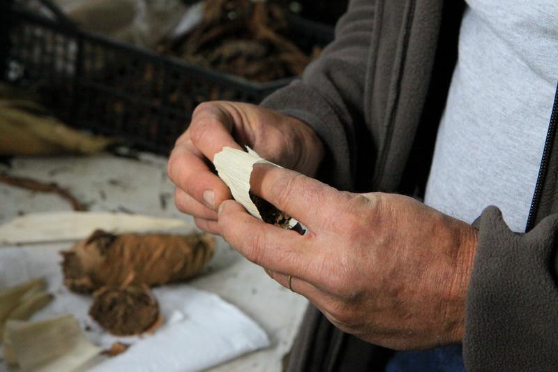 Крутим самокрутку из местного табака, Азорские острова, 2015