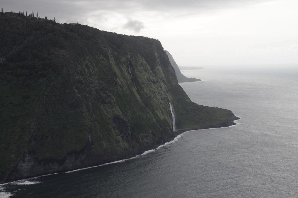 Вид на долину с обзорной площадки. Затерянная долина Waiopi Valley Hawaii.