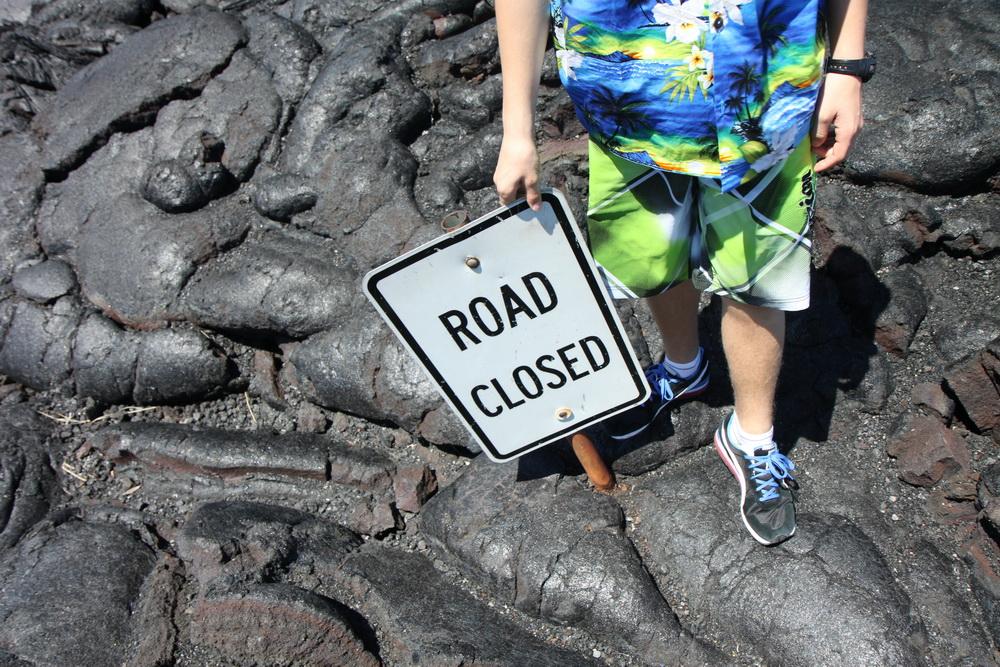 Лава принесла дорожный знак.