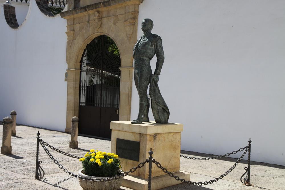 Памятник матадору у входа