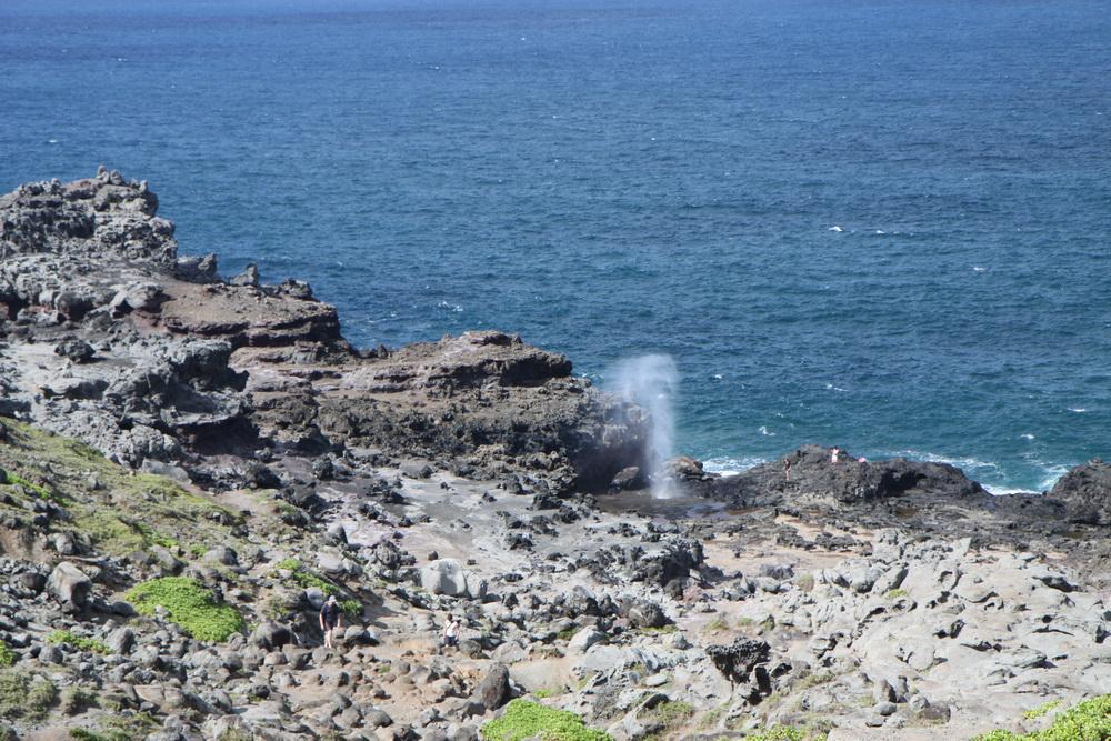 Гавайи. Hawaii. Западное побережье Мауи. Maui. Гольф отели. Хризолитовые бассейны. Фонтан в море Nakalele.
